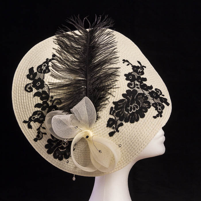 Pamela con pluma y encaje negro