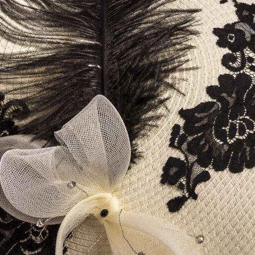Pamela con pluma y encaje negro, detalle