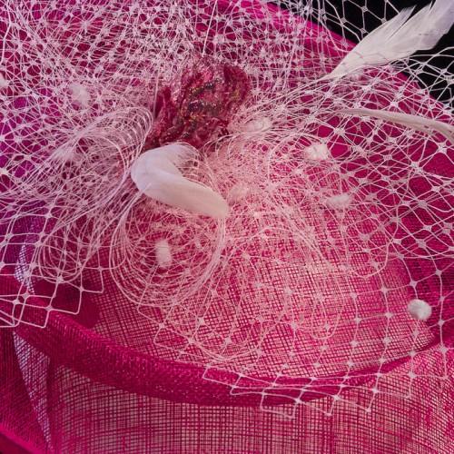 Pamela rosa con plumas blancas