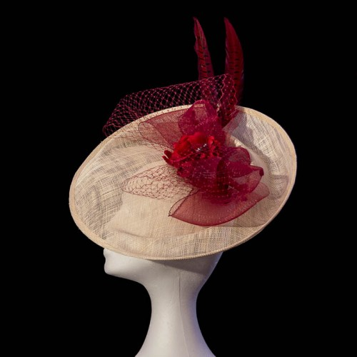 Pamela hecha a mano roja con flor y pluma