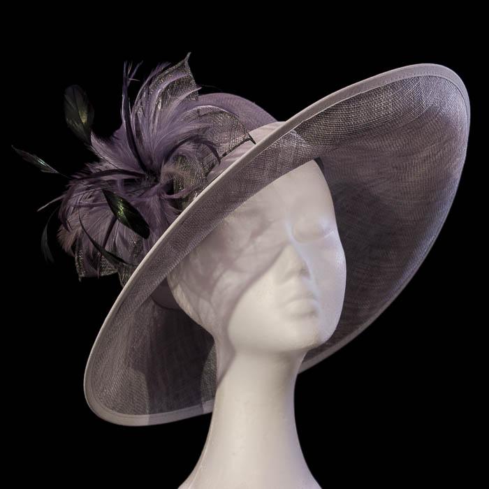 Sombrero a medida con flor de pluma