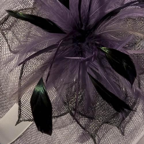 Sombrero a medida con flor de pluma, detalle