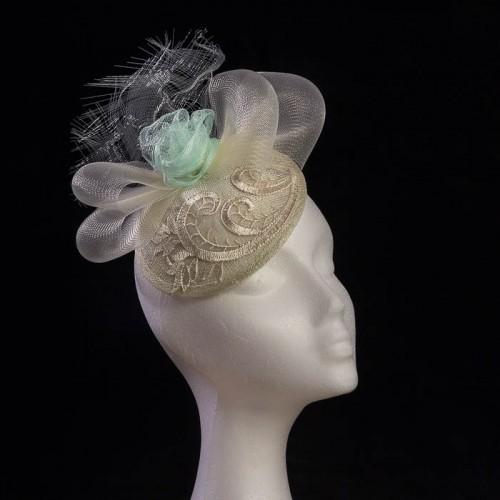Tocado personalizado beige con flor verde