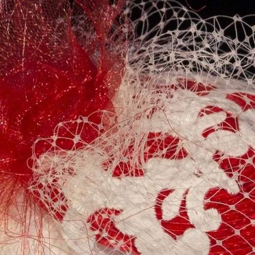 Tocado rojo y blanco con encaje, detalle