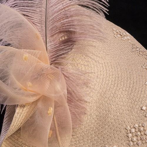 Tocado rosa con pluma ideal para boda día, detalle