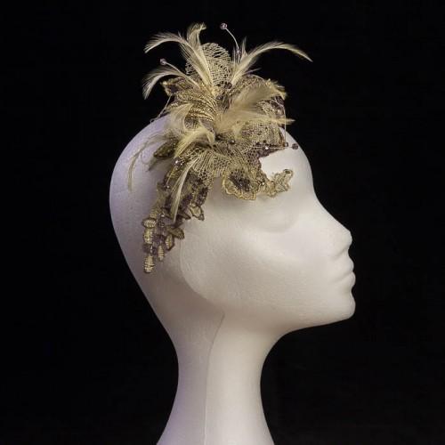 Tocado dorado de encaje y plumas