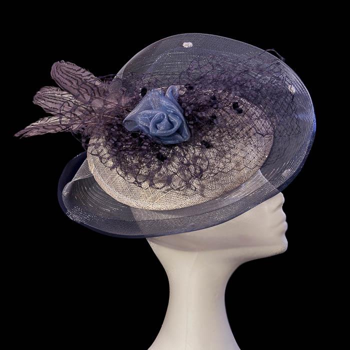 Tocado azul y gris con flor y plumas
