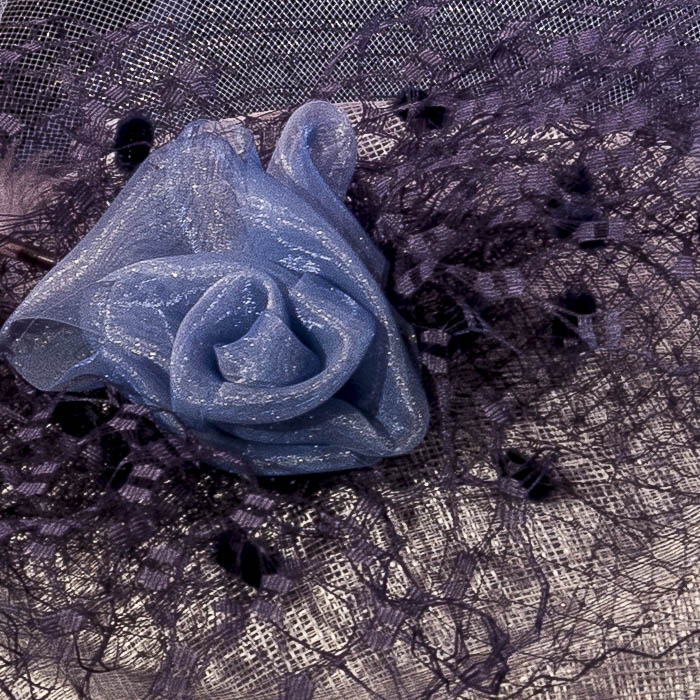 Tocado azul y gris con flor y plumas, detalle